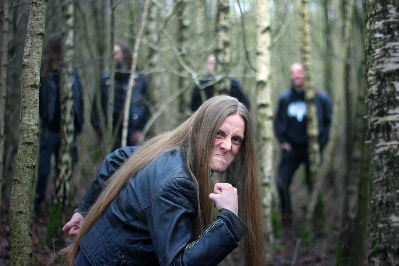 Wiedergænger, Metal-Band aus Hamburg. Schlagzeuger Ansgar im Wald